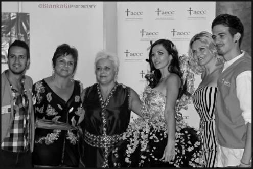 Vooss Atelier con la directora y miebros de la AECC. Asociación a la cual se donó el vestido para la recaudación de fondos en investigación.